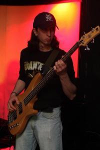 Mick Leonard: Bass
